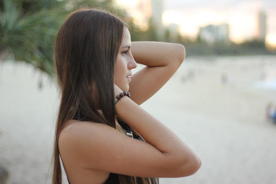 femme avec de longs cheveux et des extensions capillaires