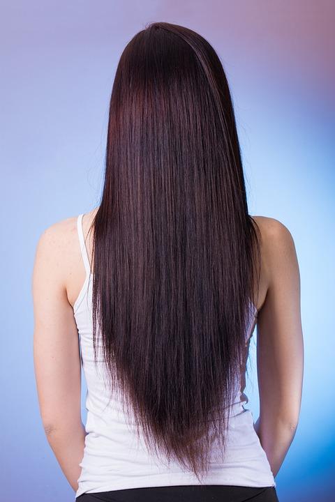 femme avec des cheveux traités à la kératine