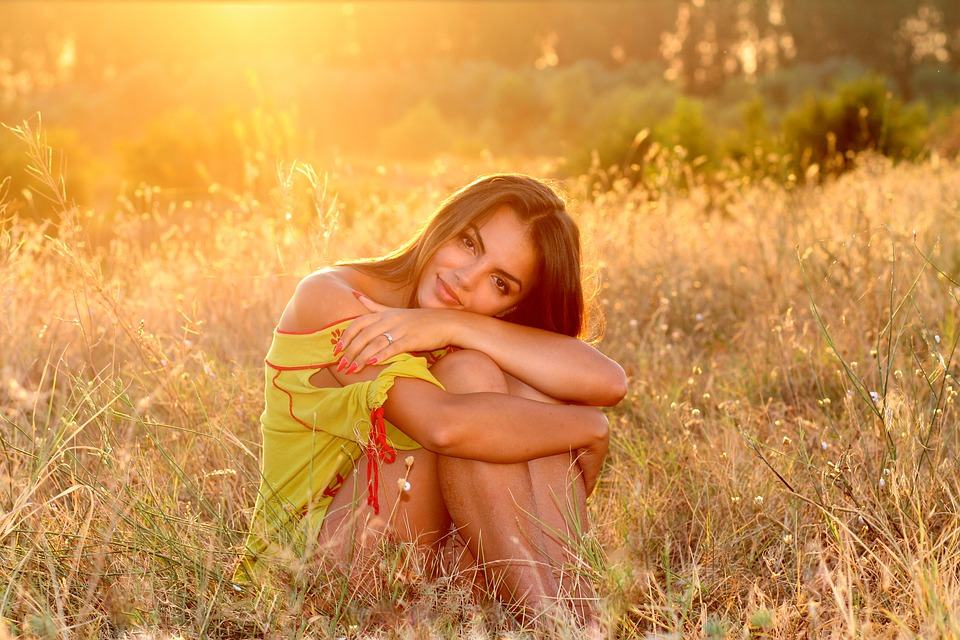 femme dans un champ au teint éclatant