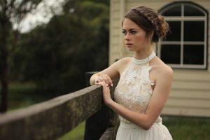 La robe est cruciale pour votre coiffure de mariée... mais pas tant que ça.