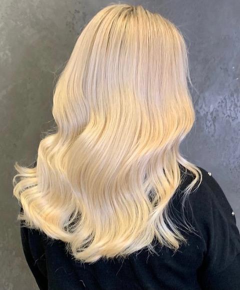woman with beachy hair style
